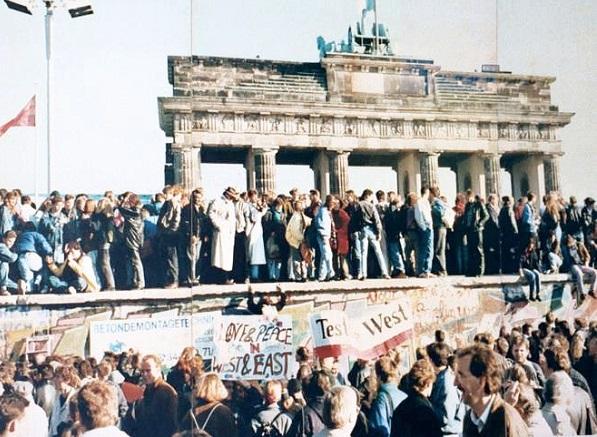 Падение Берлинской стены как символ мирной немецкой революции.
